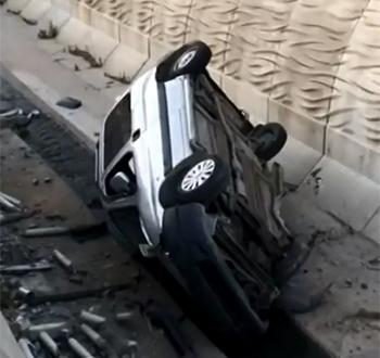 Sultanbeyli'de Otomobil Dereye Uçtu