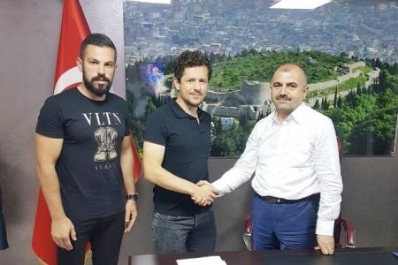http://www.sultanbeylim.com/haberler/bulent-kocabey-2-yillik-imzayi-atti