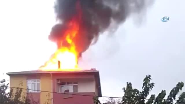 Sultanbeyli'de 4 Katlı Binanın Çatısı Alev Alev Yandı
