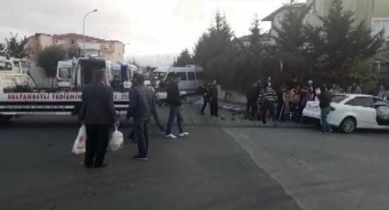 Sultanbeyli'de Öğrenci Servisi ile Otomobil Çarpıştı: 3 Yaralı
