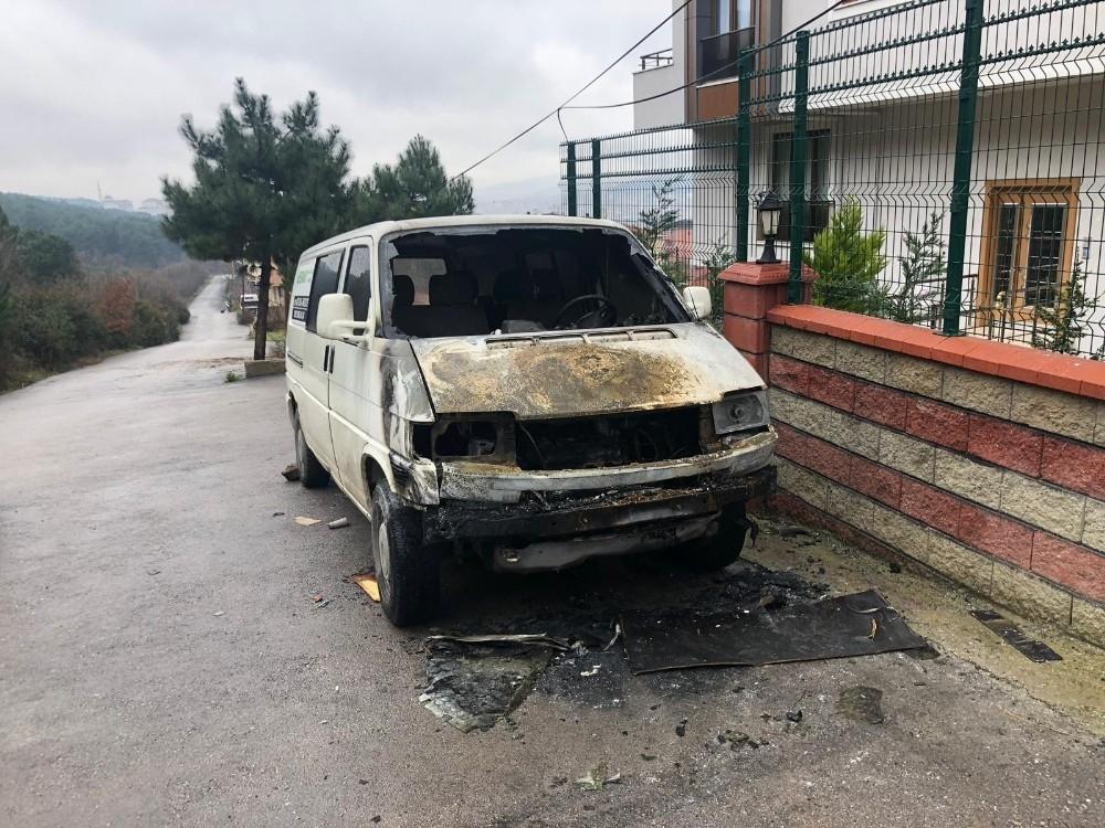 Sultanbeyli'de Park Halindeki Minibüs Yandı