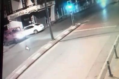 Kadının Yola Düşürdüğü Telefonu Kamyonetten İnip Aldı