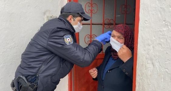 Bankadan Para Çekmek İsteyen Kadının Yardımına Polisler Koştu