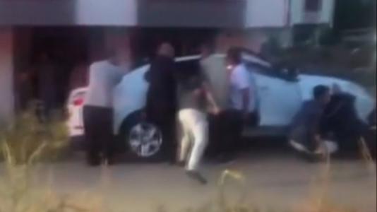 Sultanbeyli'de Vatandaşlar Çukura Düşmek Üzere Olan Aracı Tuttu